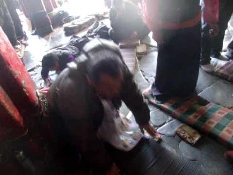 04 Prof. Juan Lázara filma su propia postración en Lhasa.MPG