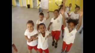 Anjinhos comportados no recreio da escola