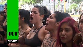 Unas mujeres se desnudan para protestar contra Fujimori
