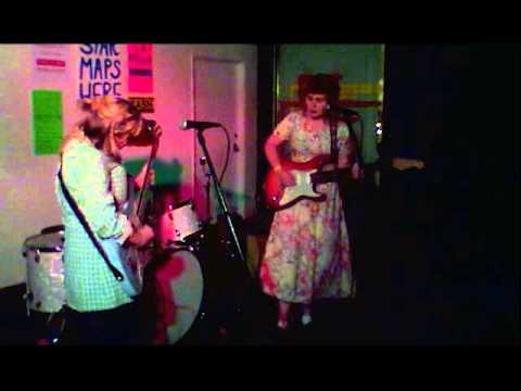 girlpool-ideal-world-live-casey-chisholm