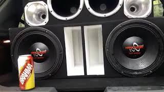 2 altofalantes da Hard power de 2550 RMS tocando forte