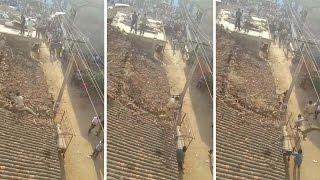 Un indien saute du haut d'un toit d'une maison pour échapper à l'attaque d'un guépard