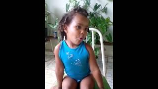 Menina imitando os animais sthefany caroline