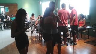 El camarografo se lleva los aplausos en un karaoke