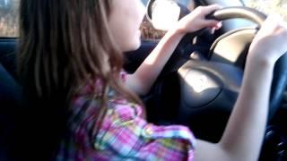 Menina de 11 anos aprendendo dirigir