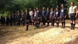 Escuteiros cantam hino escutista