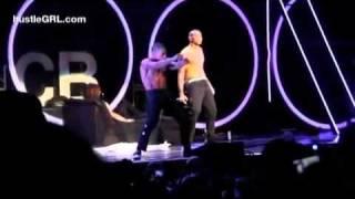 Chris Brown Gives his girfriend Inez Dorez a lapdance