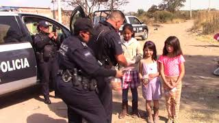 Policías de Aguascalientes regalan juguetes a niños de la calle