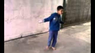 Menor artur dançando musica mc fast chaqualhando a garrafinha
