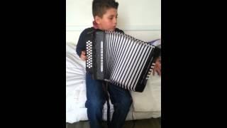 Jason na concertina o apita o comboio