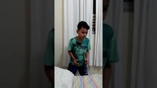 Menino de 10 anos dançando robosinho kkkk