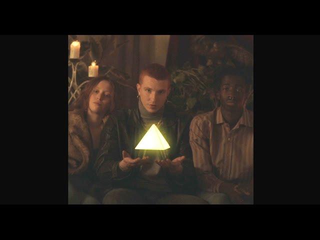 Videoclip de ''Baila sumeria'', Triángulo de Amor Bizarro. 2016 Dirigido por Jordi Cusó