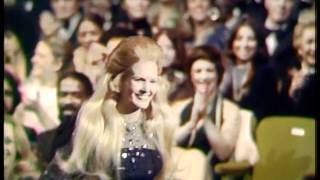 Lynn Anderson Wins Favorite Female Country Artist - AMA 1974