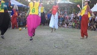 Bonecos gigantes mirins disputam partida de futebol em pleno carnaval de Olinda