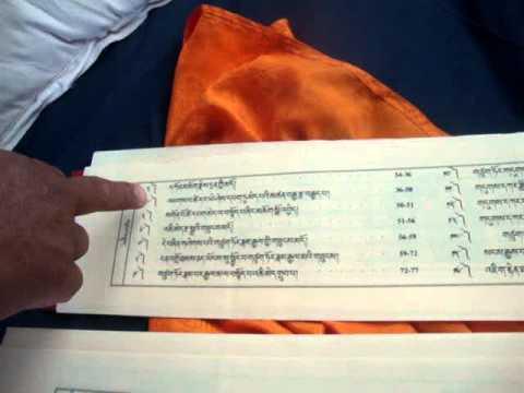 08 Monje Lal Lama abre el libro sagrado tibetano.MPG