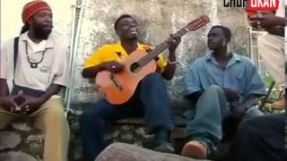 buzz : Un artiste Africain joue a la guitare avec une seule corde