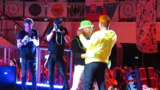 NKOTB Cruise 16-Donnie dances with Jon during Glow Night