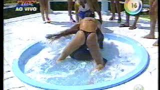 Banheira do Gugu - Luiza Ambiel paga peitinho