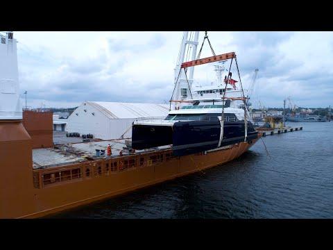 Widowiskowy załadunek jachtu Sunreef w Porcie Gdynia na pokład statku Slotergracht