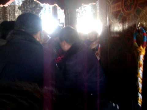 03 Prof. Juan Lázara filma entrada al Jokhang en Lhasa.MPG