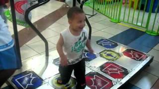 Bebê dançando no Pump it up 2