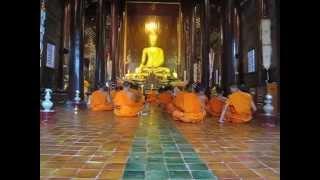 Monjes budistas recitando mantra y en silencio (Chiang Mai, Tailandia)