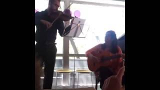 """""""Y nos dieron las diez"""" Cover Marifeli (ukelele) y Daniel (violín)."""
