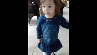 "Menina de 2 anos dançando ""Uptown Funk""."