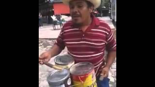 El señor bailando con los tambores de latas latas
