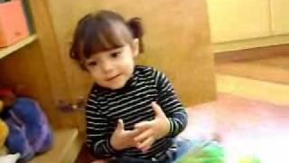 Lele brincando com 2 aninhos (Letícia do Canal da Lelê)