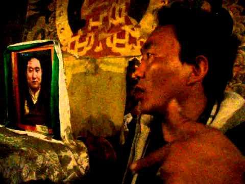 09 Prof. Juan Lázara filma Panchen Lama en Gyantse.MPG