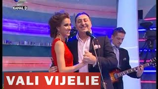 Pepe ajutat de Vali Vijelie, interpreteaza melodia Sa iubesti doua femei la Roata norocului