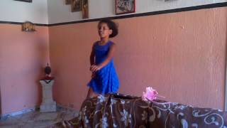 Laiara dançando paradinha