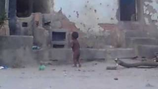 crianca sozinha na rua