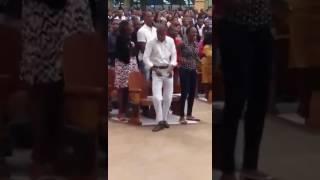 Homem dançando ba igreja