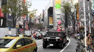 渋谷を走る、ロボットレストランの宣伝トラック御一行様