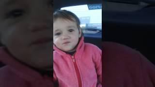 Bebê imitando os animais
