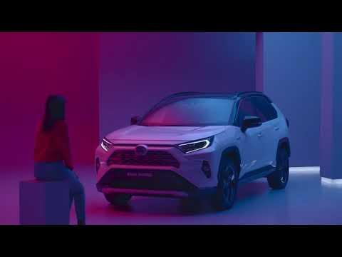 Suurin osa Toyotan hybrideistä on etuvetoisia, mutta hybrimallistostamme löytyy myös nelivetoja. Uusi RAV4 Hybrid on saatavilla myös nelivetoisena, ja uudistunut Prius on Suomen mallistossa aina neliveto.   Toyotan hybridiautoissa on aina kaksi moottoria: bensiinikäyttöinen polttomoottori ja sähkömoottori. Hybridinelivedoissamme on lisäksi toinen sähkömoottori, jonka avulla jopa 30 % voimasta voidaan jakaa takapyörille.