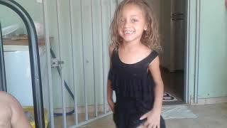 Uma  criança de quatro anos dançando funk