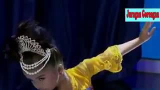 Aksi lincah Duet Jaipongan Sandrina dan si anak Kecil Refina