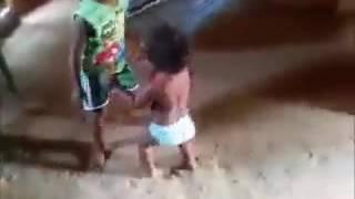 El nene  y ala  nena  bailando  cumbia