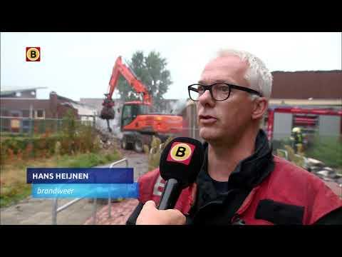 Burgemeester Karel van Soest en de brandweer bekijken de schade, de ochtend na de grote brand in ...