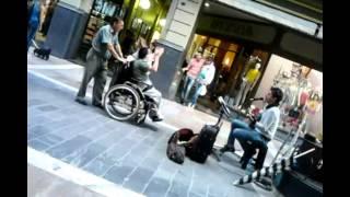 Bailando Enrique Iglesias versión peatonal cordobesa