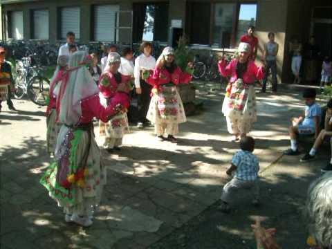 Ayasofya Folklör Ekibi - Zenci cocuk Ilticacilarla kaynasma