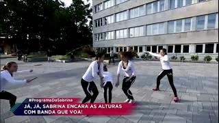 Sabrina Sato se diverte com garotas que capricham ao pular corta