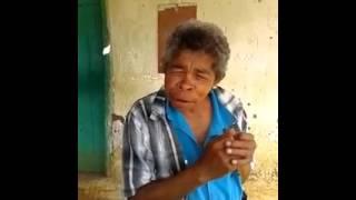 Velho cantando ou rindo kkkkk