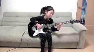 Garota Japonesa de 8 Anos Toca Música Muito Difícil na Guitarra