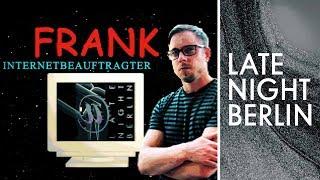 Klaas Heufer-Umlauf übergibt Frank Tonmann das Internet   Late Night Berlin   ProSieben